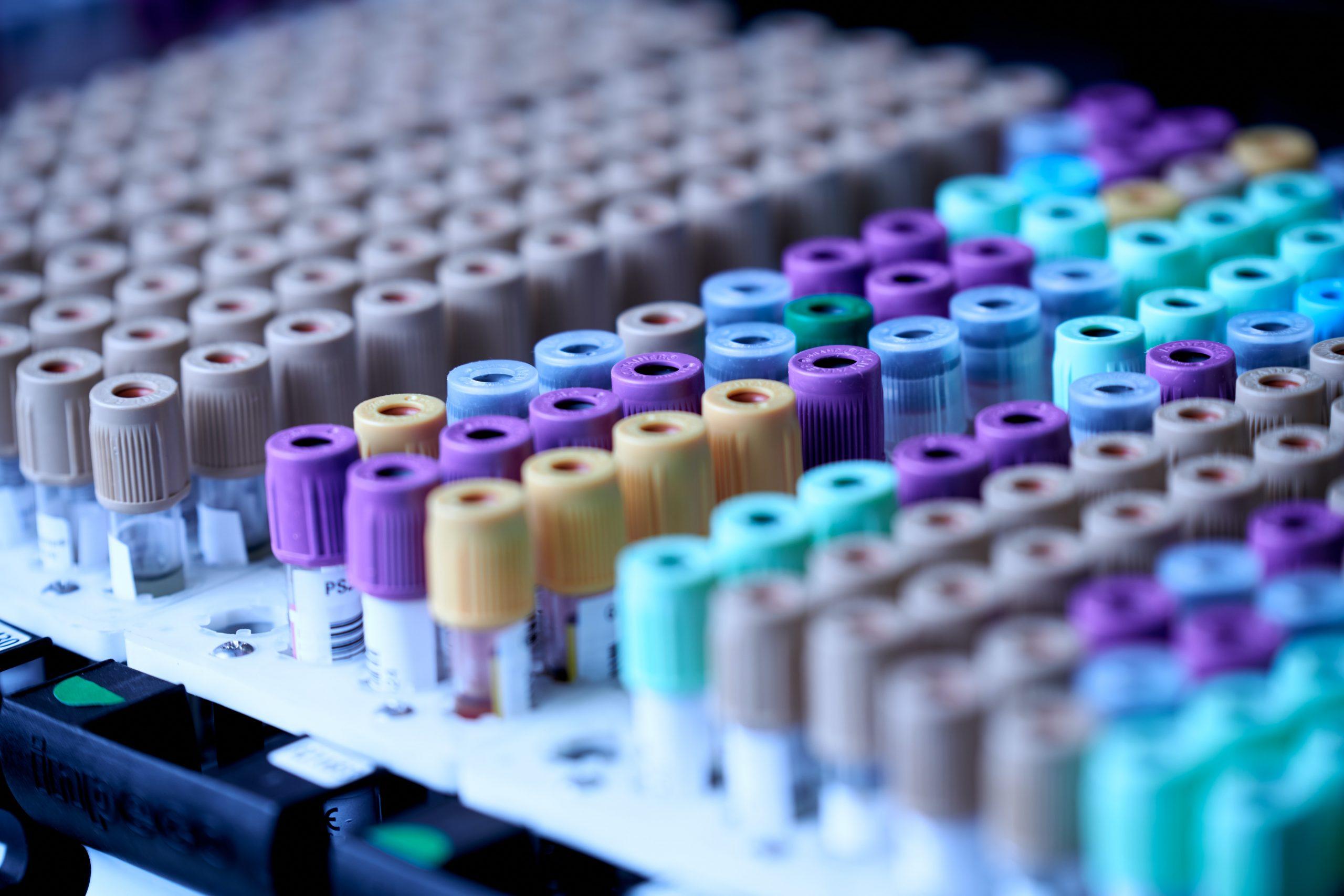 La subida del precio del plástico de uso clínico.